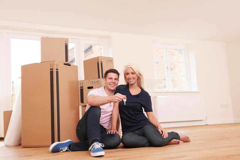 Acople mover-se na casa nova que guarda chaves imagem de stock