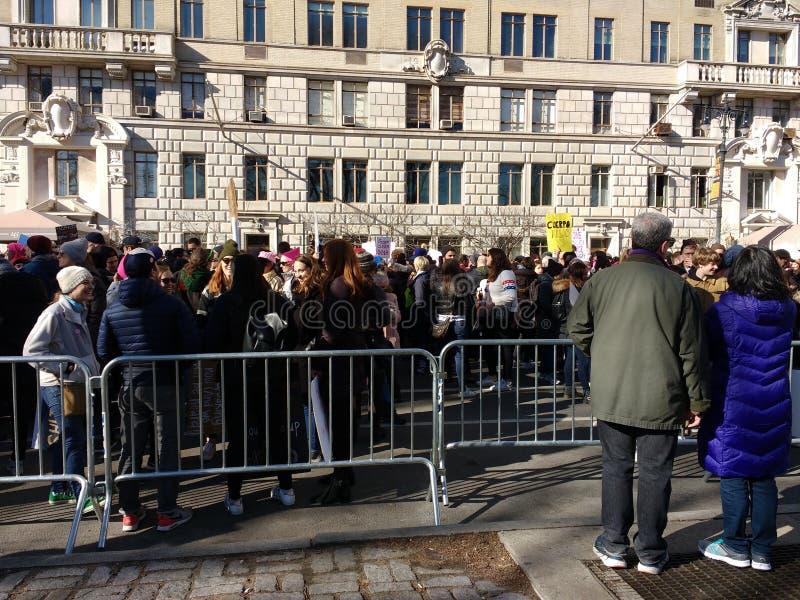 Acople a multidão de observação do protesto, ` s março das mulheres, Central Park para o oeste, NYC, NY, EUA imagem de stock royalty free