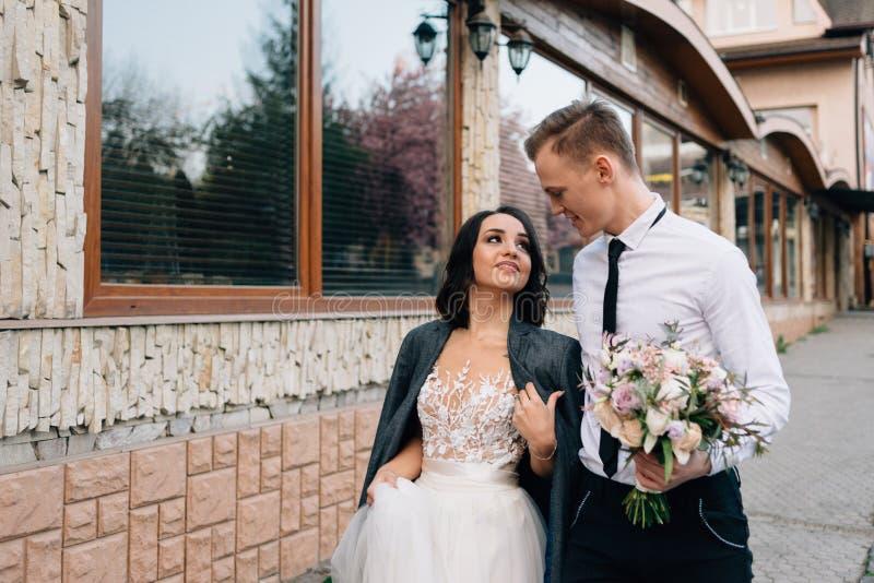 Acople no amor que anda as ruas da cidade em seu dia do casamento fotos de stock