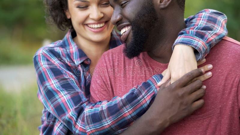 Acople no amor que mostra a afeição para se, o amor absoluto e puro foto de stock royalty free