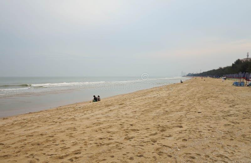 Acople o assento e veja o telefone celular na praia no céu da manhã, Cha-estejam praia, Phetchaburi, Tailândia, fotografia de stock