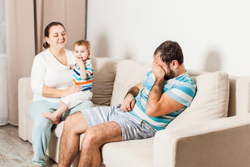 Acople o assento no sofá em casa e a fala imagens de stock