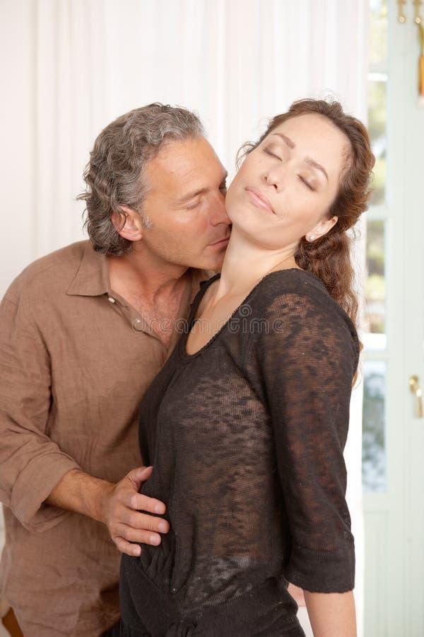 Acople o beijo em casa. fotografia de stock