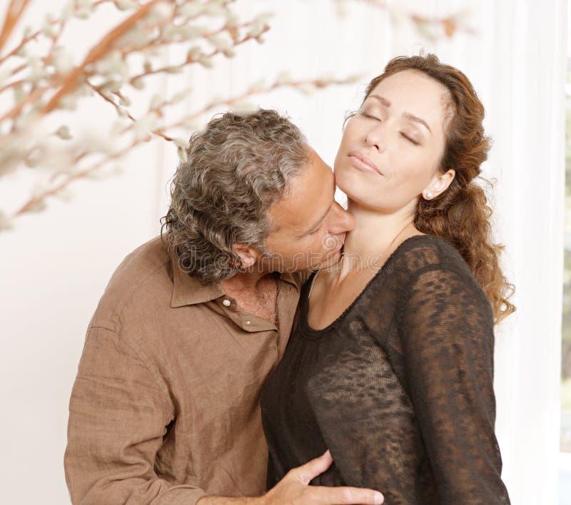 Acople o beijo em casa. imagem de stock