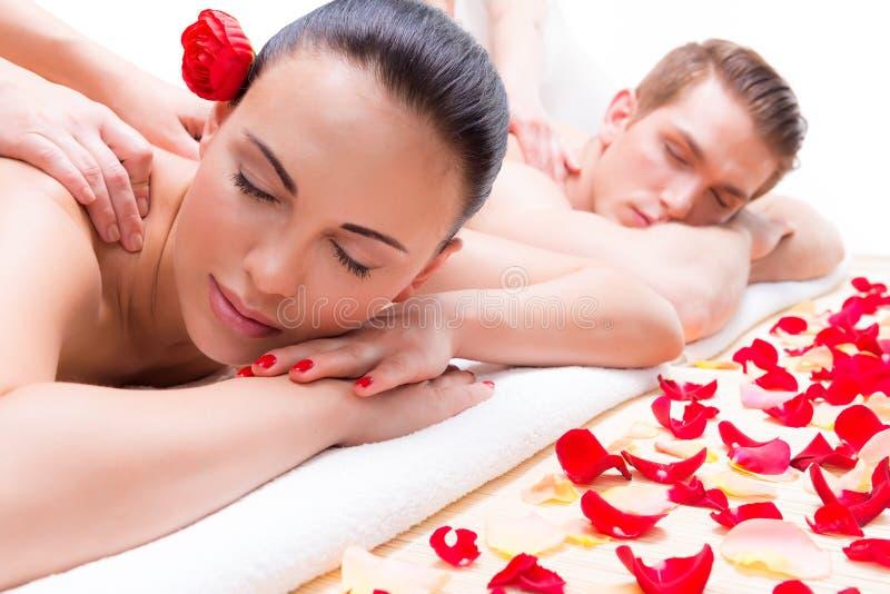 Acople o encontro em um salão de beleza dos termas que aprecia a massagem traseira fotografia de stock royalty free