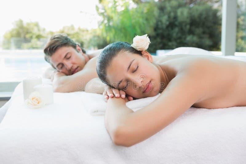 Acople o encontro na tabela da massagem no centro dos termas imagens de stock