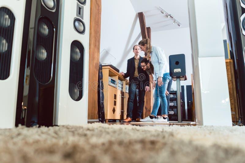 Acople o estéreo novo de compra da casa na loja de alta fidelidade fotografia de stock