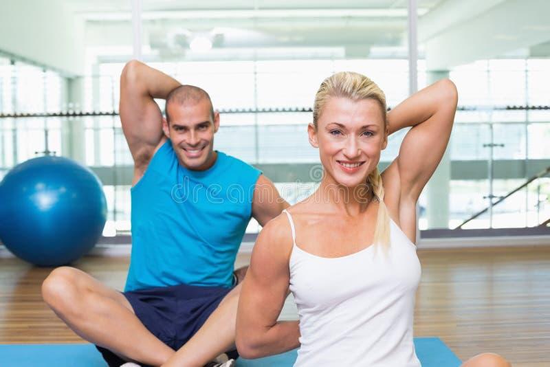 Acople o esticão das mãos atrás para trás na classe da ioga fotos de stock royalty free