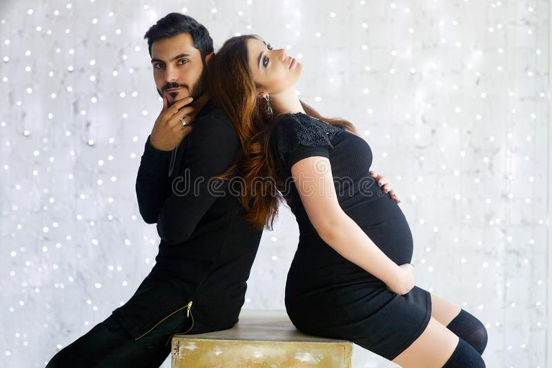 Acople o homem e a mulher em antecipação a sua criança recém-nascida fotografia de stock royalty free