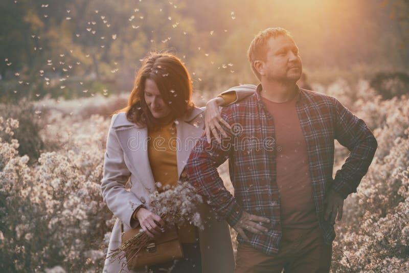 Acople o homem e a mulher para uma caminhada imagem de stock