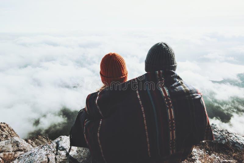 Acople o homem e a mulher que abraçam sob a cobertura do lenço fotos de stock