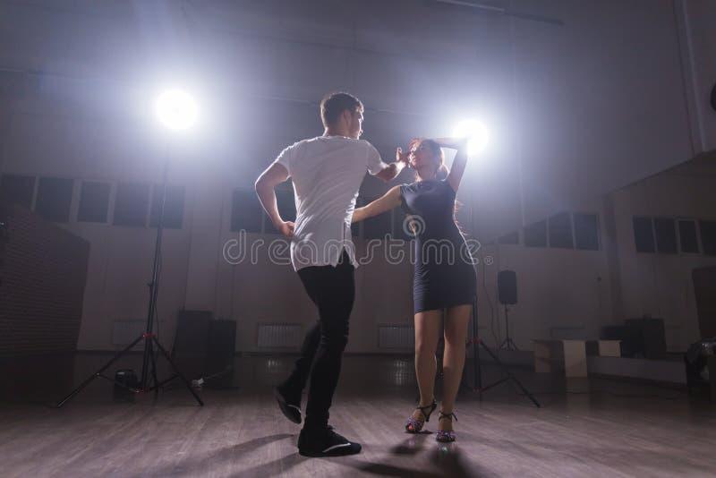 Acople o kizomba do danse ou bachata ou semba social de dança foto de stock royalty free