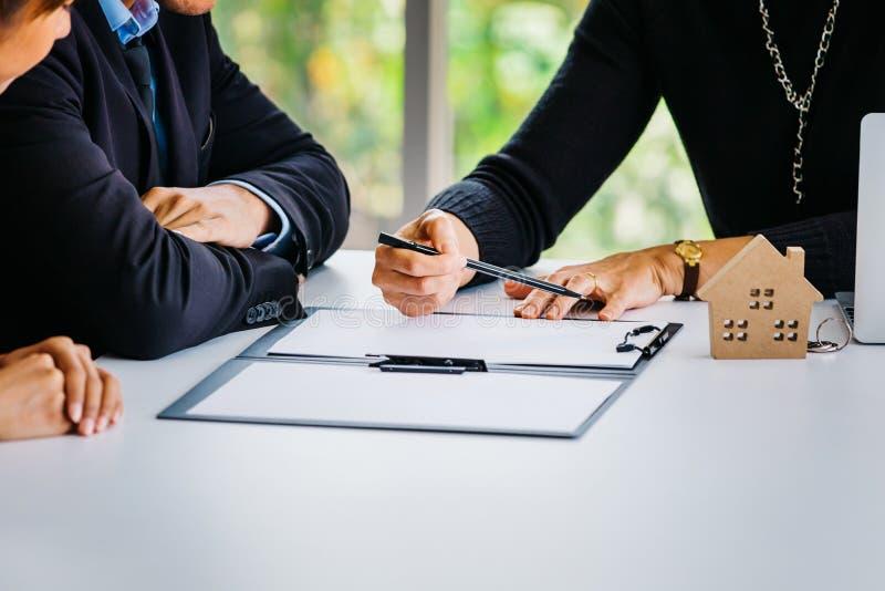 Acople o papel de assinatura do contrato com agente fotografia de stock