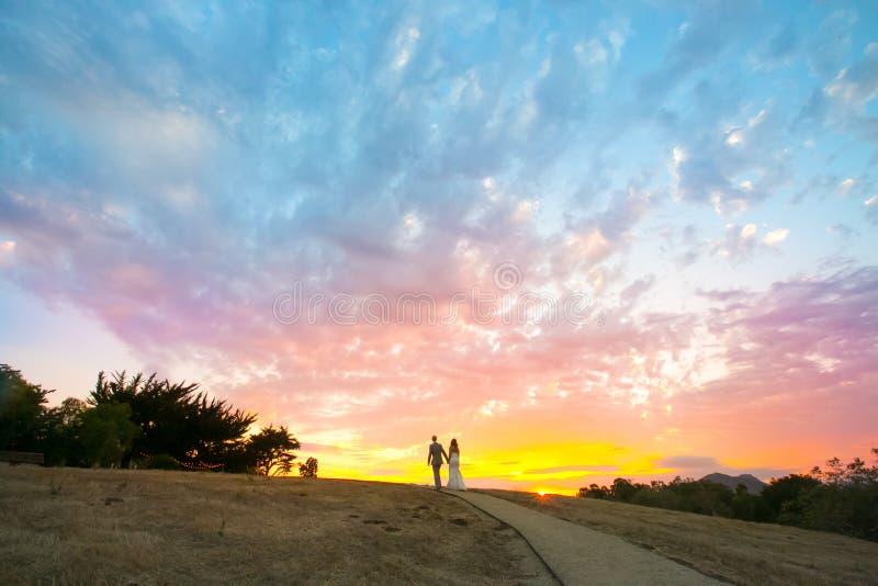 Acople o passeio em um por do sol colorido foto de stock