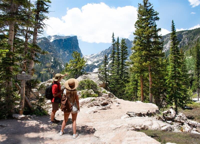 Acople o relaxamento e a apreciação do Mountain View bonito fotos de stock