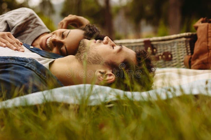 Acople o relaxamento junto no parque foto de stock royalty free