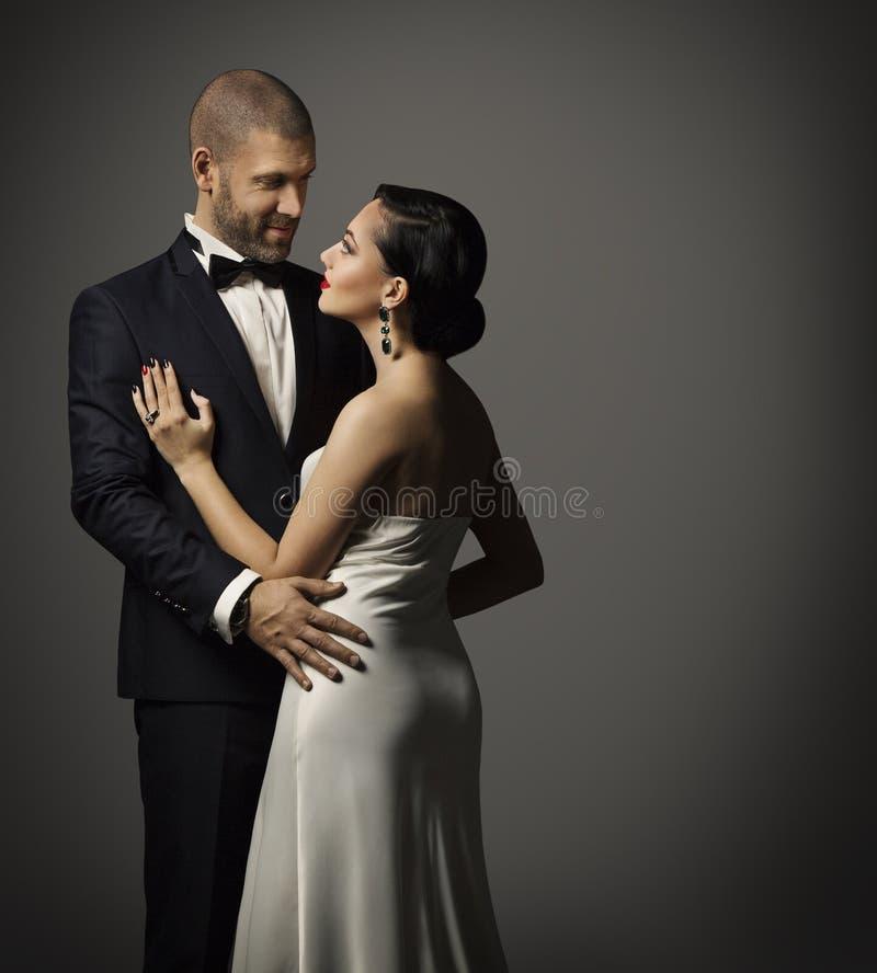 Acople o retrato da forma, abraçando o homem no terno e a mulher no vestido imagens de stock