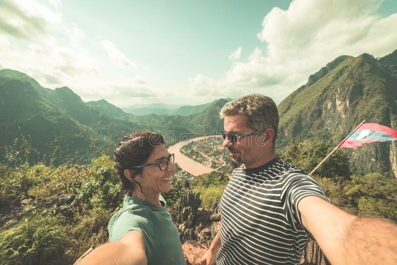 Acople o selfie na parte superior da montanha na vista panorâmica de Nong Khiaw sobre o destino do curso de Laos do vale de Nam O foto de stock