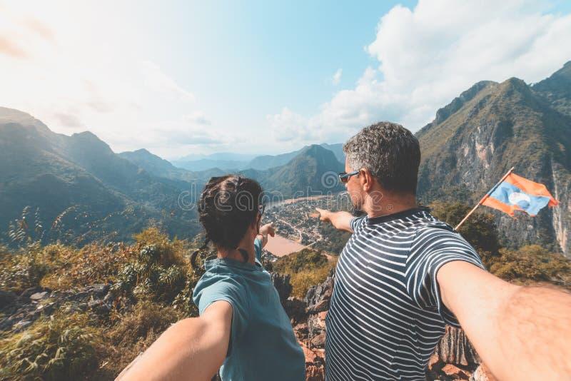 Acople o selfie na parte superior da montanha na vista panor?mica de Nong Khiaw sobre o destino do curso de Laos do vale de Nam O fotografia de stock royalty free