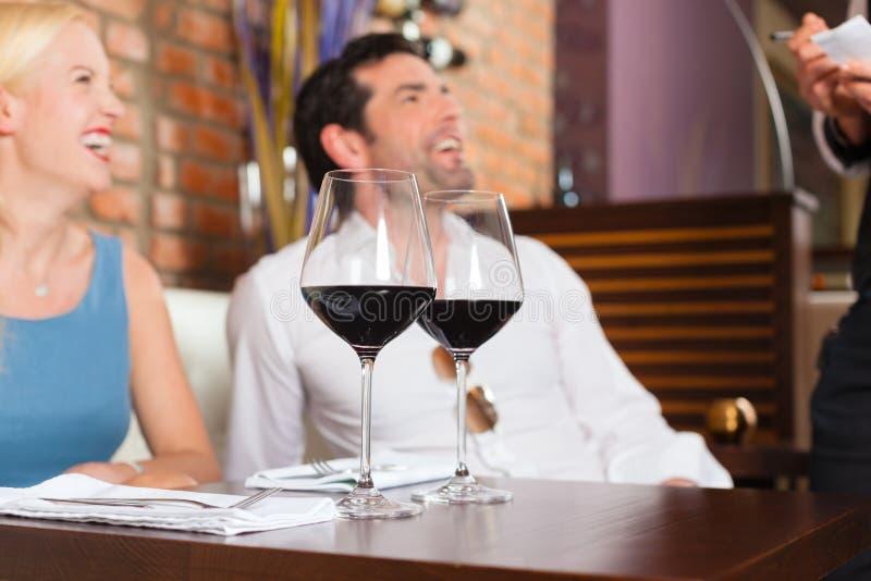 Acople O Vinho Vermelho Bebendo No Restaurante Ou Na Barra Fotografia de Stock