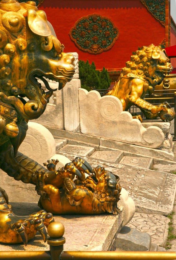 Acople os leões de bronze que guardam a entrada ao palácio interno da Cidade Proibida Pequim imagem de stock royalty free