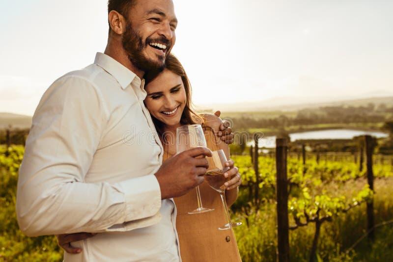Acople passar o tempo junto em uma data romântica em um vinhedo foto de stock