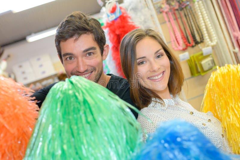 Acople ter o divertimento com os pompoms na loja do molho acima imagem de stock