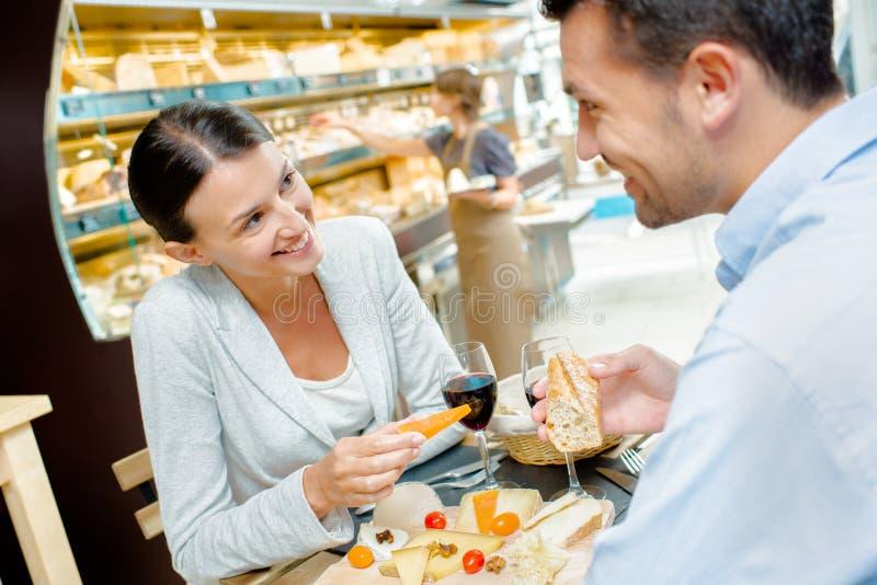 Acople ter a refeição que guarda o queijo foto de stock