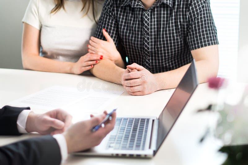 Acople ter a reunião com o banqueiro no banco ou no vendedor no escritório imagem de stock royalty free