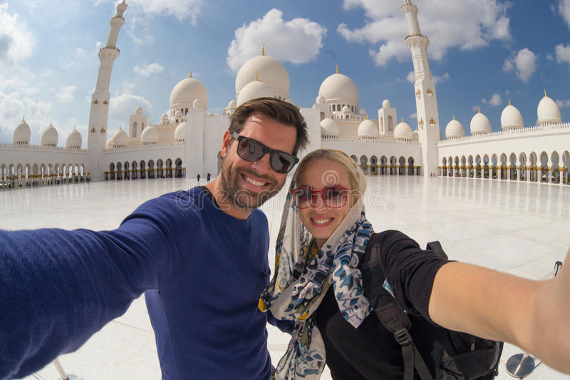 Acople a tomada do selfie em Sheikh Zayed Grand Mosque, Abu Dhabi, Emiratos Árabes Unidos fotografia de stock royalty free
