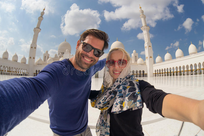 Acople a tomada do selfie em Sheikh Zayed Grand Mosque, Abu Dhabi, Emiratos Árabes Unidos fotos de stock royalty free