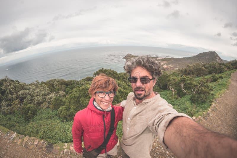 Acople a tomada do selfie no ponto do cabo, parque nacional da montanha da tabela, destino cênico do curso em África do Sul Opini foto de stock royalty free