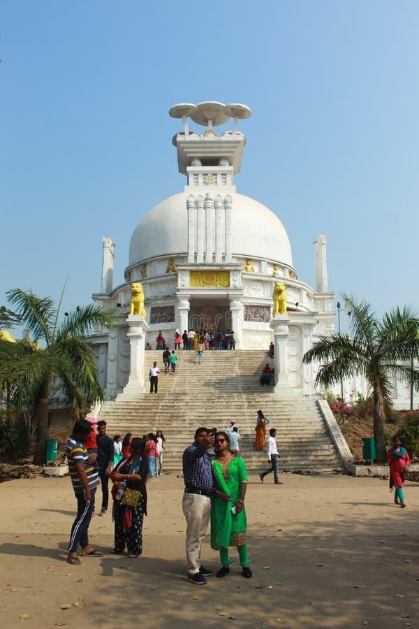 Acople a tomada selphy na frente do templo do dhauli imagem de stock royalty free
