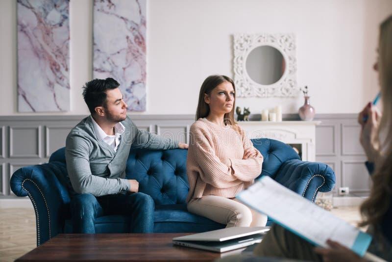 Acople a visita de um psicólogo e ter uma sessão psicológica ao tratar os problemas nos relacionamentos foto de stock
