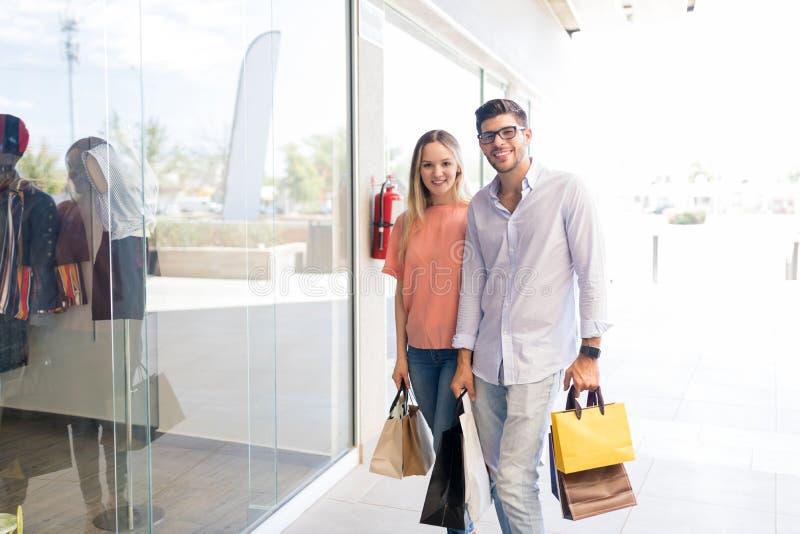Acople a visita de um shopping junto imagem de stock