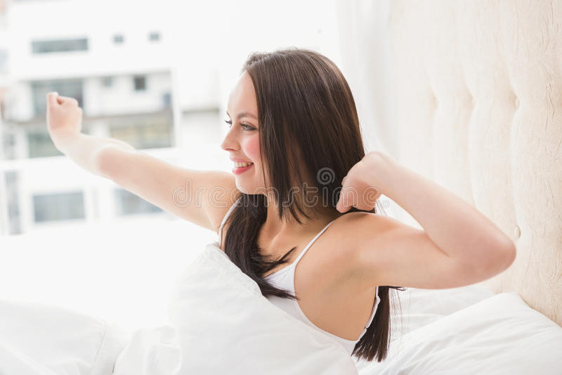 Acordar moreno bonito na cama fotos de stock royalty free