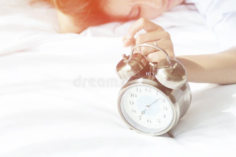 Acorde, ele é hora de começar preparar-se para a luz da manhã foto de stock