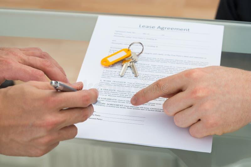 Acordo de aluguer de assinatura da pessoa imagem de stock