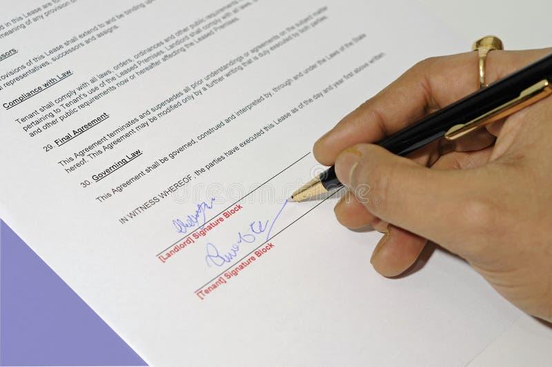 Acordo de aluguer que está sendo assinado fotografia de stock royalty free