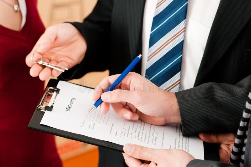 Acordo de assinatura do inquilino imagens de stock