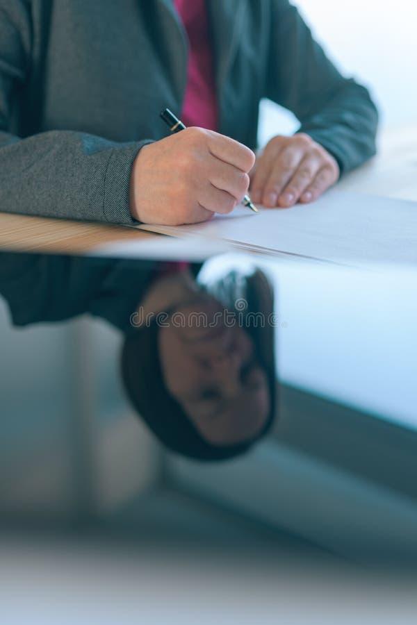 Acordo de contrato de assinatura da mulher de neg?cios foto de stock royalty free