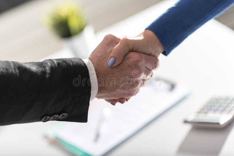 Acordo do negócio com aperto de mão imagens de stock