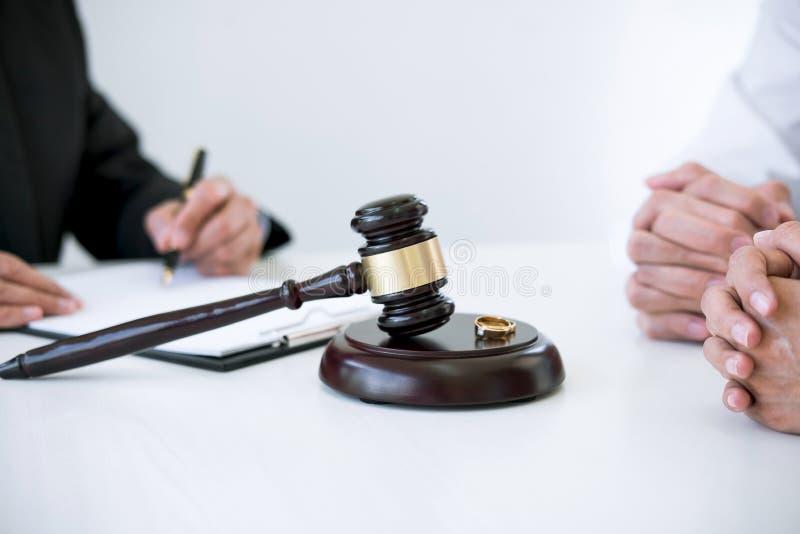 Acordo preparado pelo decreto de assinatura do advogado da dissolução do divórcio ou do cancelamento da união, do marido e da esp fotos de stock royalty free