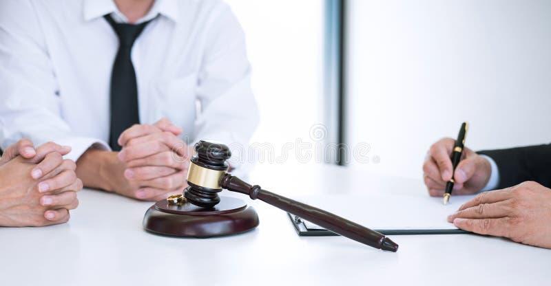 Acordo preparado pelo decreto de assinatura do advogado da dissolu??o do div?rcio ou do cancelamento da uni?o, do marido e da esp fotografia de stock