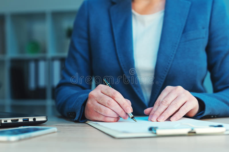 Acordo que assina, assinatura do negócio da escrita da mulher de negócios fotografia de stock royalty free