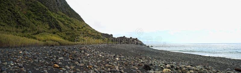 Acores; spiaggia abbandonata sui flores immagini stock libere da diritti