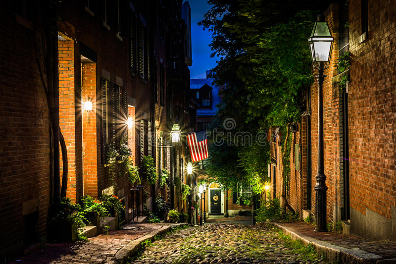 Acorn ulica przy nocą, w Beacon Hill, Boston Massachusetts obraz stock