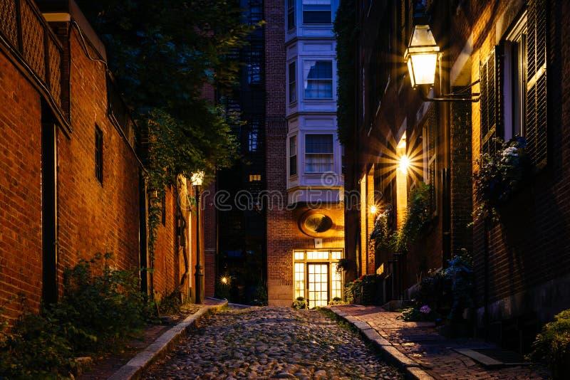 Acorn ulica przy nocą, w Beacon Hill, Boston, Massachusetts fotografia stock