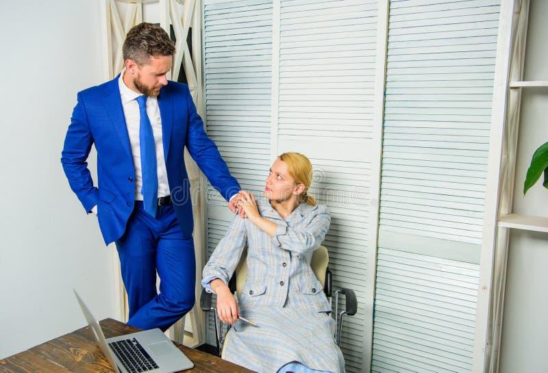 Acosso sexual no trabalho Reconheça o querelante O namorico ou o acosso sexual reconhecem e relatam Trabalho tóxico fotos de stock royalty free