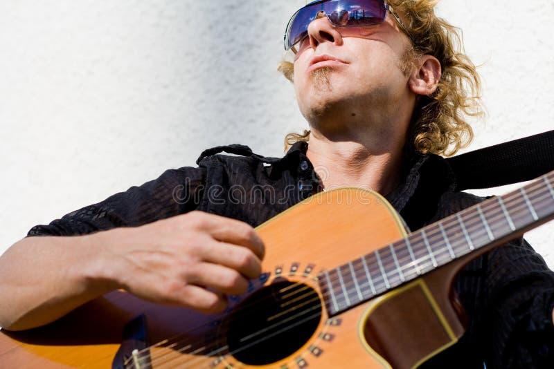 acoutic leka för gitarrman arkivbilder